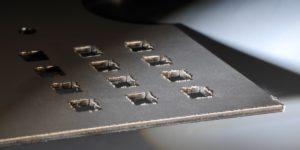 Blech entgraten - Laserteil unentgratet